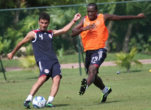 Rafa Marquez and Tchani fight for the ball